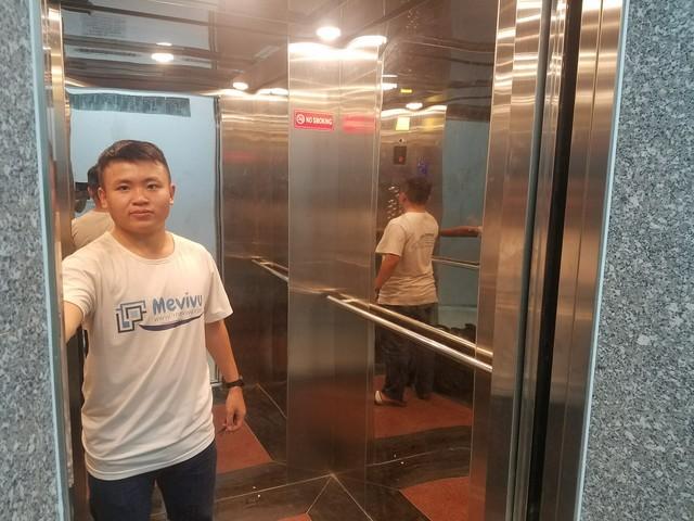 Đi thang máy làm việc